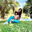 Mayra Cardi posou apenas ao lado da filha