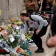 Pessoas depositam flores em homenagem ao príncipe Philip da Grã-Bretanha em frente ao Palácio de Buckingham em Londres, Reino Unido, em 09 de abril de 2021