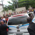 Corpo de Chorão é ovacionado na saída da Arena Santos, onde ocorreu o velório, rumo ao Memorial Necrópole Ecumênica onde será sepultado, nesta quinta-feira, 7 de março de 2013