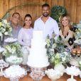 Viviane Araújo posa com o marido, Guilherme Militão, e os padrinhos do casamento, Debora e Jayme Martinez