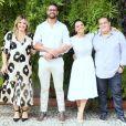 Viviane Araújo e Guilherme Militão posam com os padrinhos de casamento, Jayme e Debora Martinez