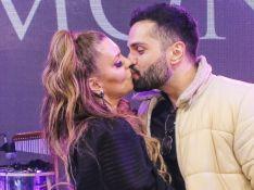 Simony beija noivo em foto, mas descarta rótulo de casal perfeito: 'Brigamos e temos ciúme'