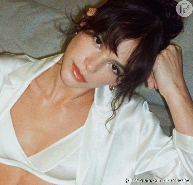 Bruna Marquezine exibiu barriga sarada ao posar de top e short de seda: 'Que mulher!'