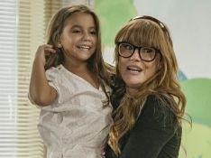 Deborah Secco mostra reação da filha, Maria Flor, ao ver estreia na TV: 'Assistindo sem parar'