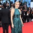Mélita Toscan Duplantier com vestido azul brilhante no Festival de Cannes