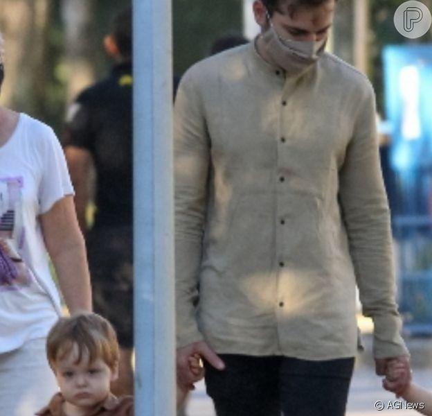 Thales Bretas passeou com os filhos, Gael e Romeu, de quase 2 anos, frutos do casamento com Paulo Gustavo