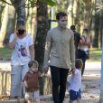 Filhos de Thales Bretas e Paulo Gustavo esbanjaram fofura de bermuda em passeio com o médico