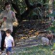 Um dos gêmeos de Thales Bretas e Paulo Gustavo brincou com a vegetação local