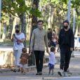 Thales Bretas passeou com os filhos, Gael e Romeu, de quase 2 anos, frutos do casamento com Paulo Gustavo, ao lado da amiga Susana Garcia