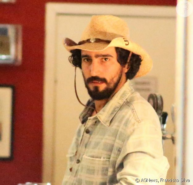 Renato Góes surge de chapéu e botas para gravar cena de 'Pantanal'