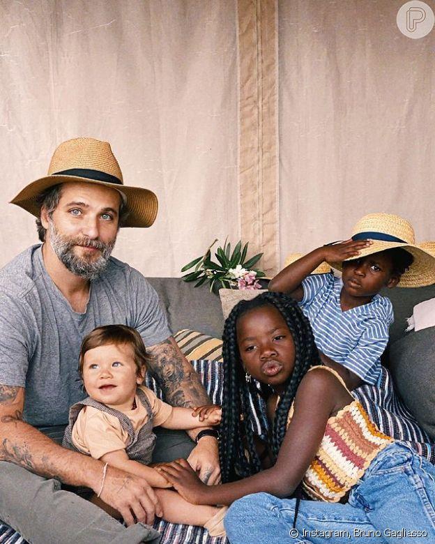 Bruno Gagliasso e seus filhos que já são hit na internet: Titi, de 8 anos, Bless, de 6 e Zyan, de 1