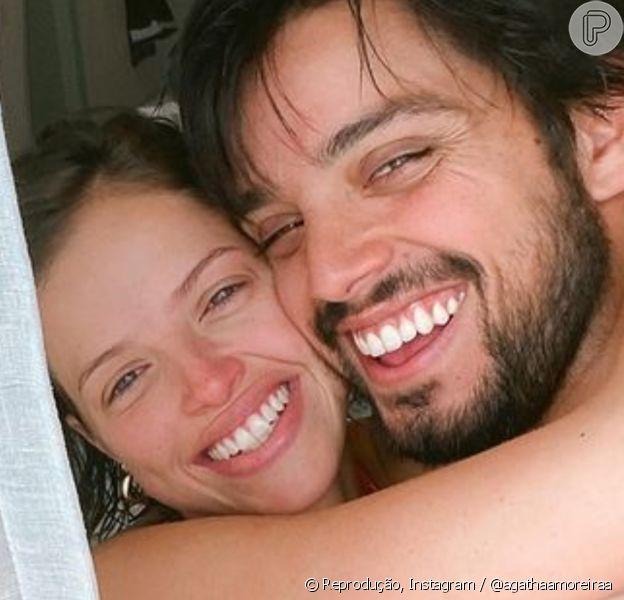 Agatha Moreira e Rodrigo Simas estão morando juntos em uma casa com paredes envidraçadas e até tecido pendurado