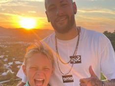 Neymar repete pose do filho e se junta a Carol Dantas em festa de aniversário de Davi Lucca