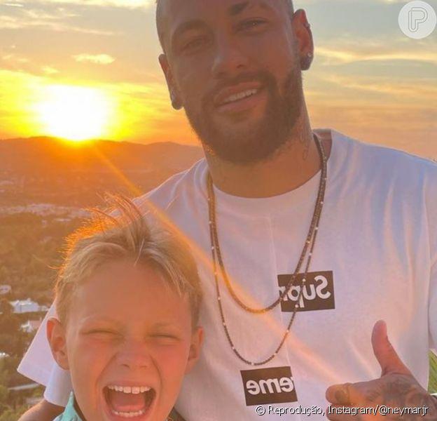 Neymar repetiu pose com o filho, Davi Lucca, ao comemorar os 10 anos do menino