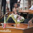 Normani usa vestido com volume ao desembarcar para desfile Dolce & Gabbana em Veneza