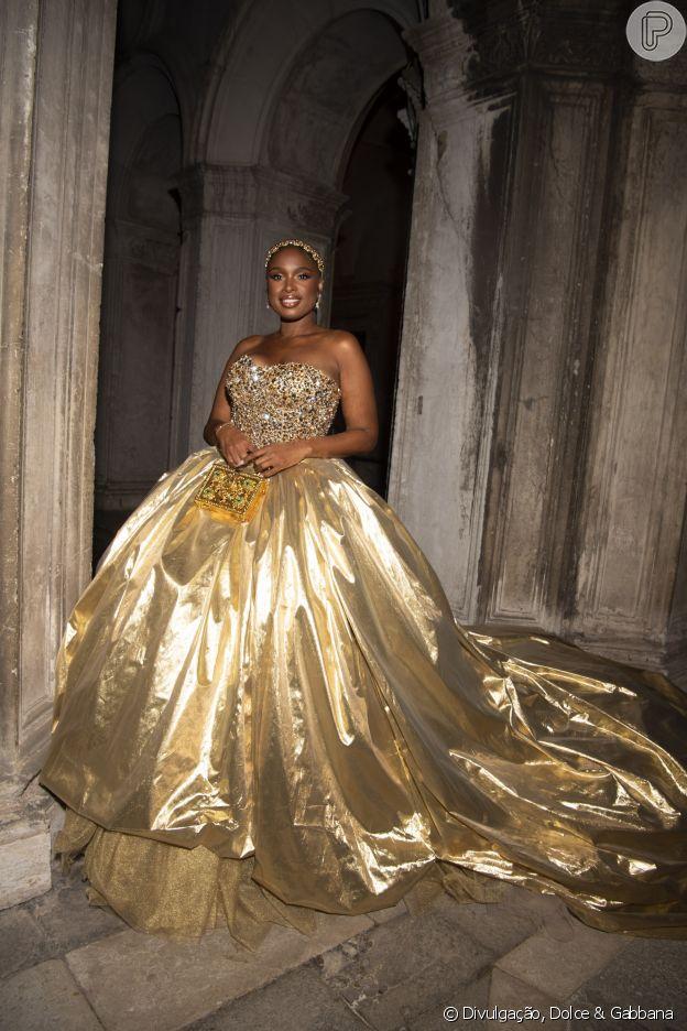 Jennifer Hudson com look dourado em desfile da Dolce & Gabbana em Veneza