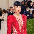Megan Fox surge com vestido vermelho recortado, mas franja é o que chama atenção