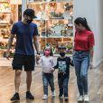 Filhos de Michel Teló e Thais Fersoza mostraram sintonia de irmãos, caminhando de mãos dadas