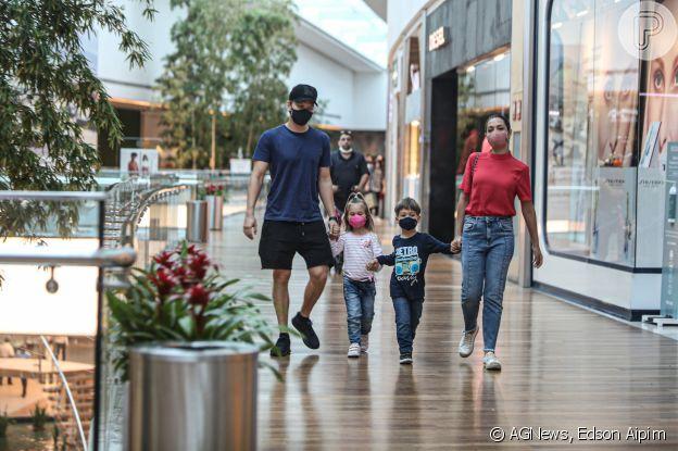 Sintonia de irmãos! Filhos de Michel Teló e Thais Fersoza roubam a cena em shopping. Fotos!