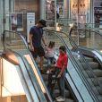 Michel Teló e Thais Fersoza passeiam com filhos em shopping no Rio de Janeiro