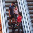 Filhos de Michel Teló e Thais Fersoza passearam com os pais e encantaram pelo crescimento