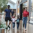 Filhos de Michel Teló e Thais Fersoza roubam a cena em shopping. Fotos!