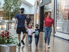 Sintonia de irmãos! Filhos de Michel Teló e Thais Fersoza roubam a cena em shopping. Fotos