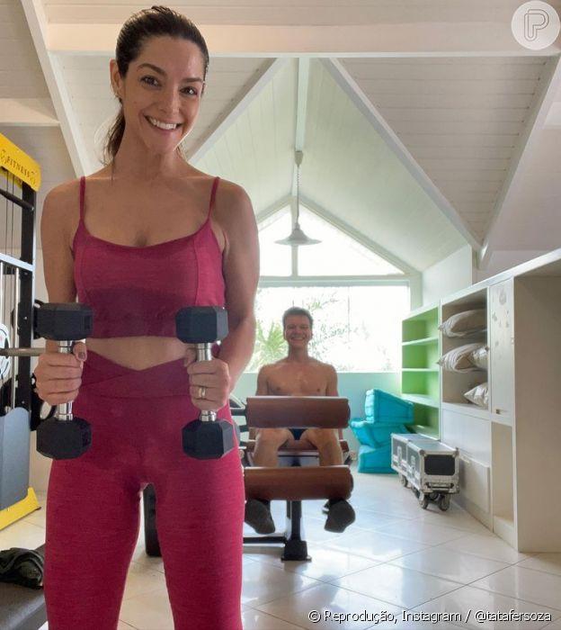 Thais Fersoza malha em casa com Michel Teló, e gosta de usar looks monocromáticos