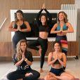 Assim como Angélica, Larissa Manoela também gosta de praticar yoga com blusas cropped de manga comprida