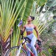 Look fitness de Erika Januza para andar de bicicleta: conjunto de top e calça monocromático