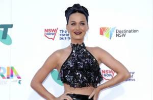 Katy Perry usa diamante no dente e look de R$ 17 mil em premiação na Austrália
