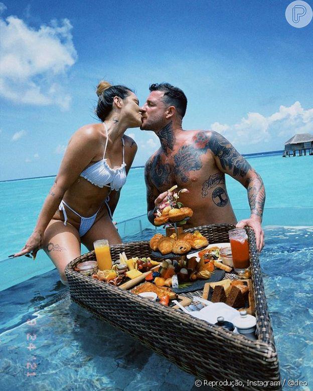 Cleo o marido, Leandro D'Lucca, tomam café da manhã dentro da piscina em lua de mel