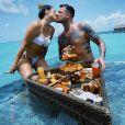 Cleo e o marido, Leandro D'lucca, se beijaram diante do 'banquete'