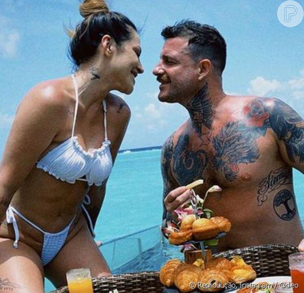 Cleo e o marido, Leandro D'lucca, aproveitam lua de mel nas Maldivas com café da manhã dentro d'água