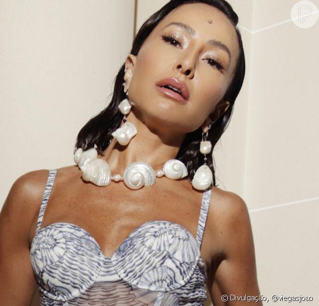 Sereia em Paris? Sabrina Sato alia joias com conchas a look usado por Dua Lipa. Detalhes!