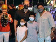 Filhos de Luiz Fernando Guimarães e Adriano Medeiros curtem circo ao lado dos pais. Fotos!