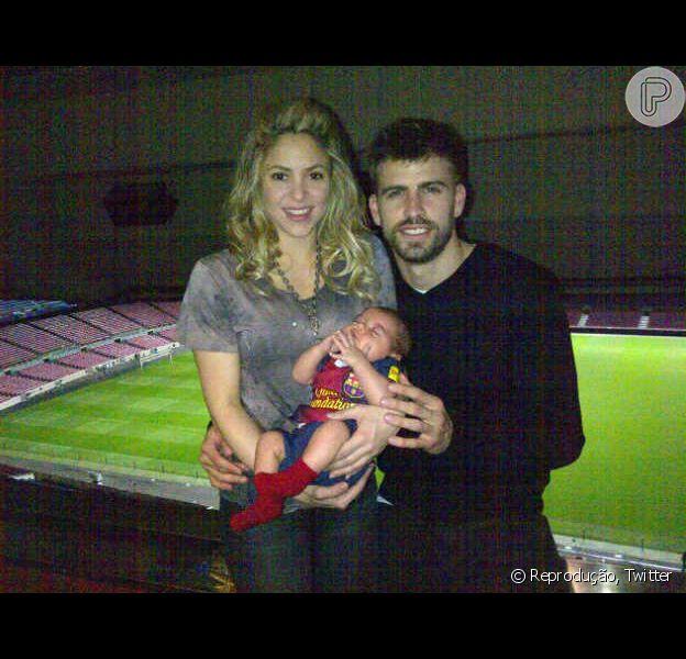 Shakira, o pequeno Milan e o Gerard Piqué posam para foto após calssificação do Barcelona, time que o jogador defende, em 12 de março de 2013