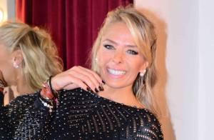 Adriane Galisteu deixa pernas à mostra durante premiação de beleza em São Paulo