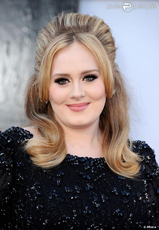 Adele é disputada por três grandes marcas de cosméticos da Europa. Na foto ela posa no tapete vermelho do Oscar 2013, em fevereiro de 2013