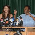 Pelé dá entrevista ao lado da namorada, Márcia Cibele Aoki