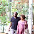 Taís Araújo passeia com Lázaro Ramos no Rio e exibe barriga de sete meses de gestação do segundo filho