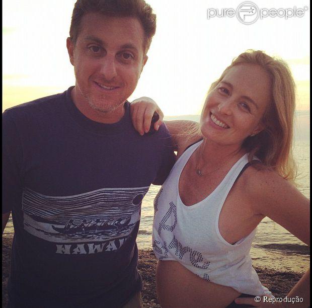 Angélica, grávida de Eva, posa com o marido, Luciano Huck