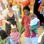 Carolinie Figueiredo e Guga Coelho levam os filhos Bruna Luz e Theo para passear