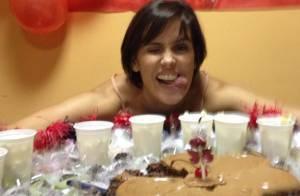 Deborah Secco faz 33 anos e ganha bolo de aniversário nos bastidores da Globo