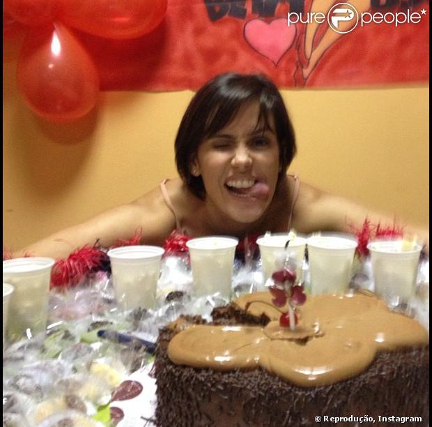 Deborah Secco comemora aniversário nos estúdios da Globo