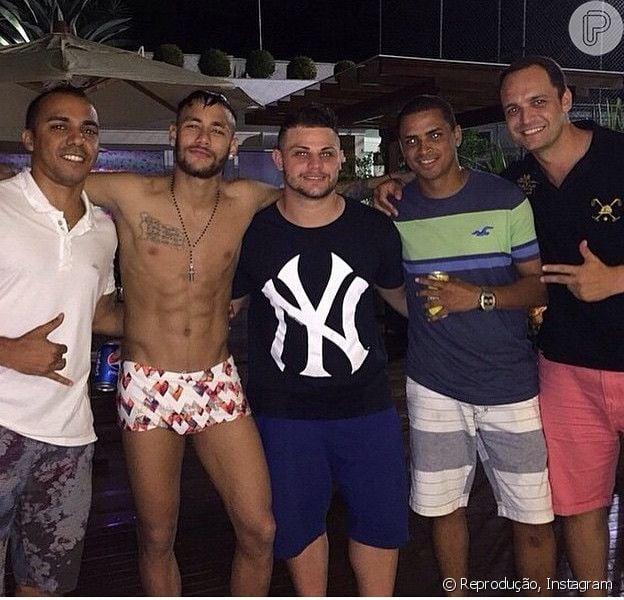 Neymar usa sunga branca em festa ao lado de amigos em São Paulo, em 21 de dezembro de 2014