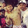Neymar recebe amigos em sua casa após chegada ao Brasil para festas de fim de ano
