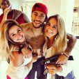 Neymar posa com amigos durante festa em sua casa