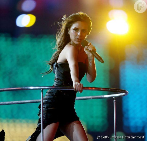 Victoria Beckham não cantará mais com as Spice Girls e um reality show escolherá quem vai entrar no lugar da morena. Na foto, ela canta na abertura das Olimpíadas de 2012, em Londres, em agosto de 2012