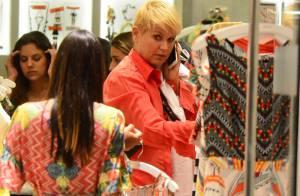 Xuxa compra roupas em shopping do Rio e deixa à mostra tatuagem que fez para mãe